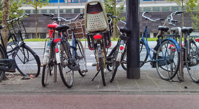 HowTo: walk or cycle in Amsterdam*, a tourist guide